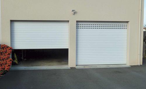 porte de garage enroulable, avec hublots
